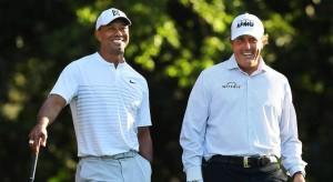 Woods y Mickelson conversan en una imagen de archivo