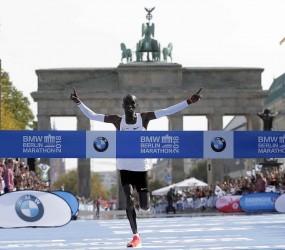 El keniano Eliud Kipchoge cruza la meta del Maratón de Berlín, el domingo 16 de septiembre de 2018. (AP)