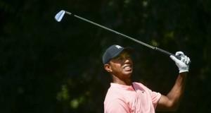 Tiger Woods observa su tiro de salida hacia el hoyo 2, durante la primera ronda del Tour Championship, el jueves 20 de septiembre de 2018, en Atlanta (AP Foto John Amis)